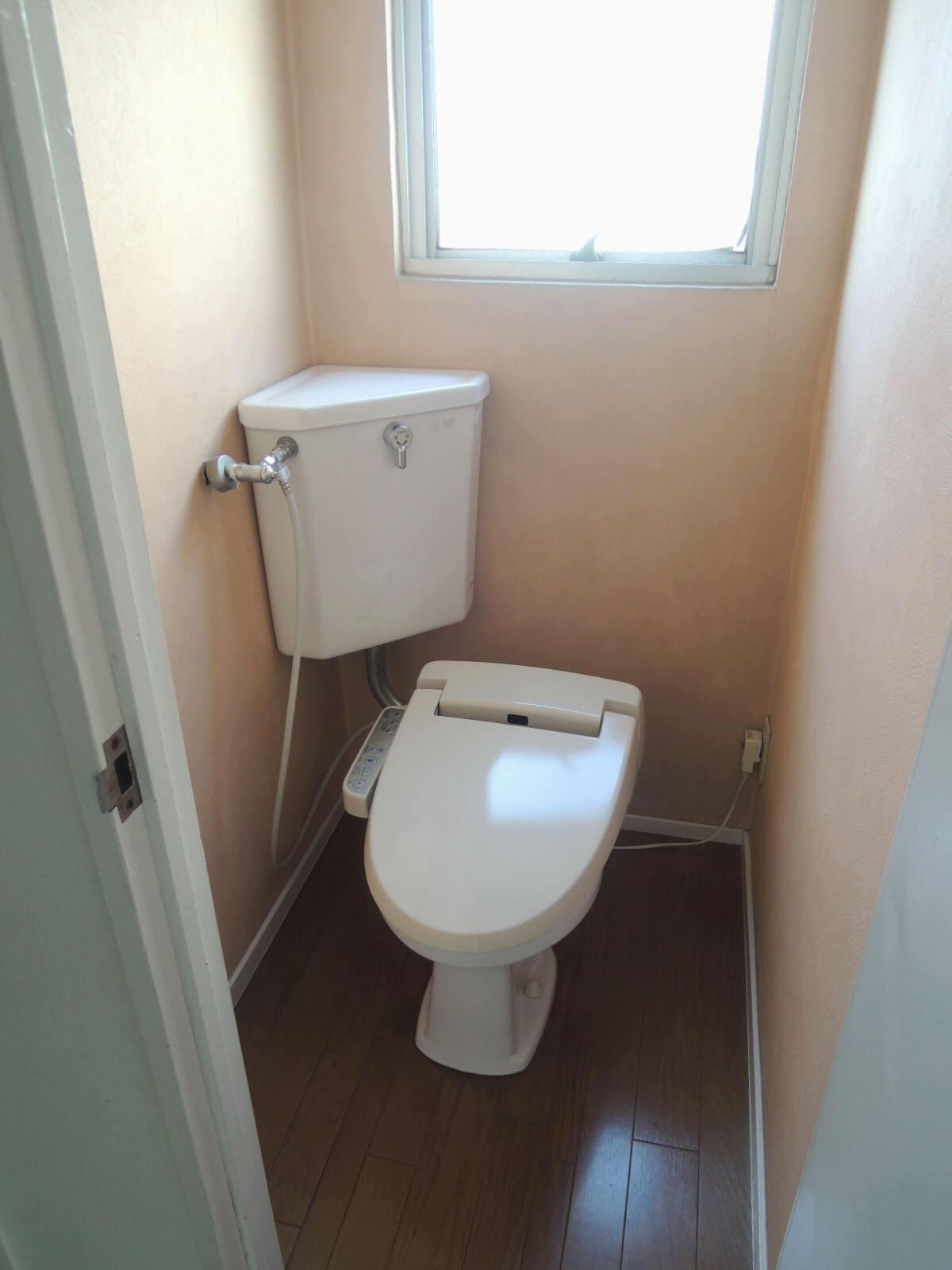 窓があって明るいトイレ