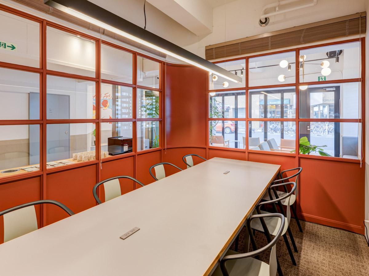 1階には有料制の会議室も用意されている