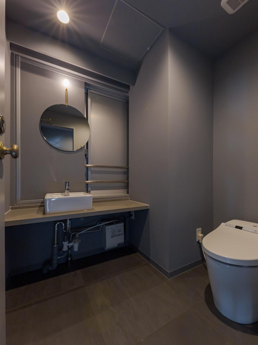 トイレは室内に2ヶ所あり、男女で分けられる