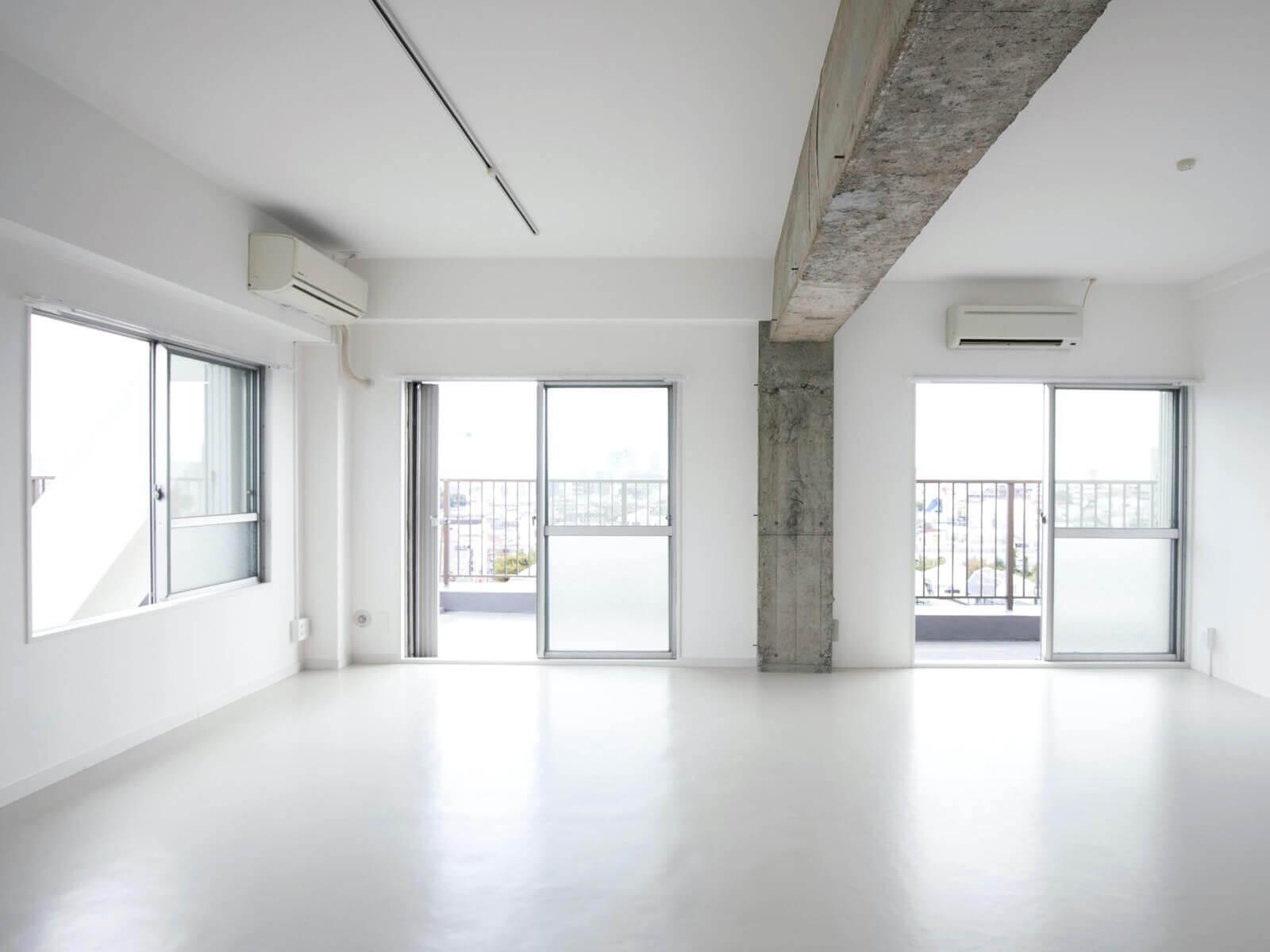 最上階角部屋、窓が2面に連続し景色が繋がります