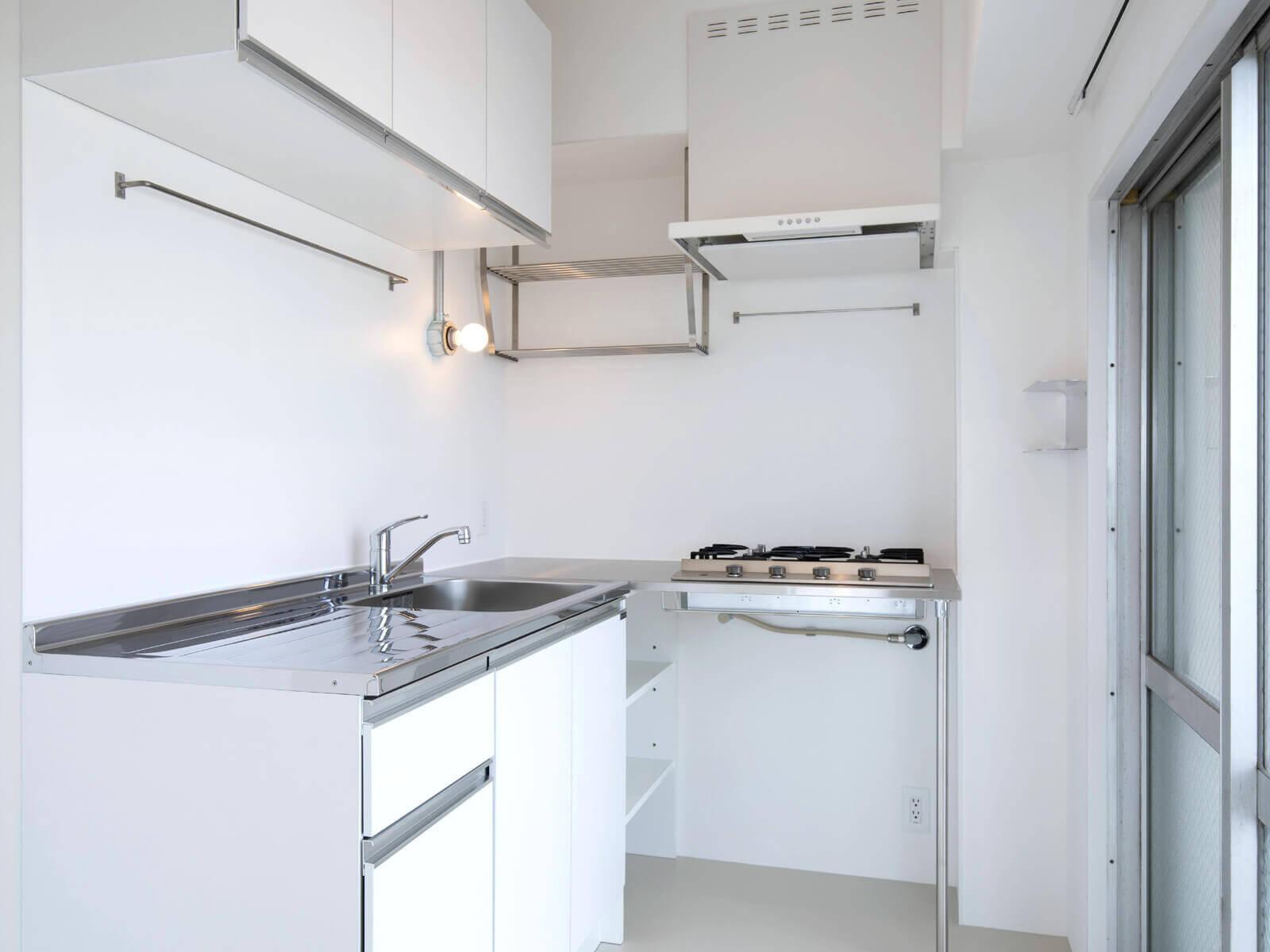 小さく見えて機能的、L字のキッチンはほとんど動かず作業がはかどります(コンロはガス4口)