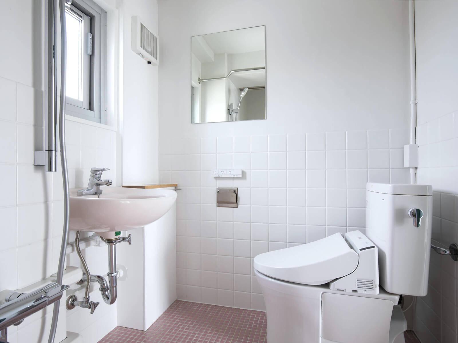 バストイレ同室ですが、床には段差があり、入浴時はシャワーカーテンで仕切れます