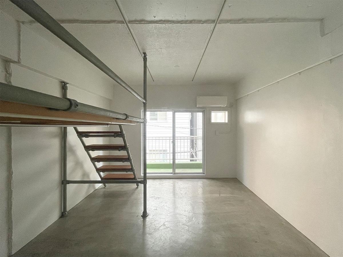 室内はラフな表情の白塗装、モルタルの床。天井高は約2.5mと高めです