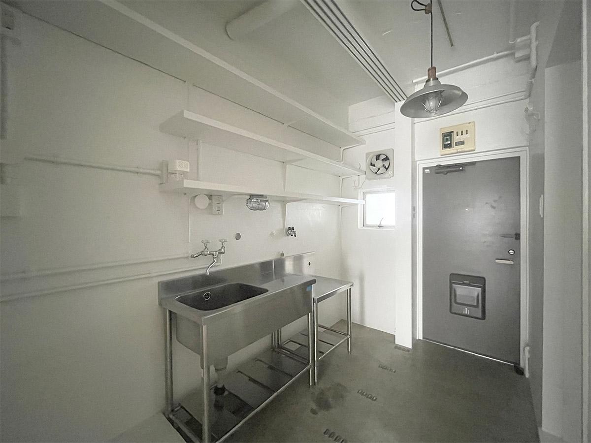 キッチン手前に冷蔵庫・洗濯機置き場。玄関に靴収納はありません