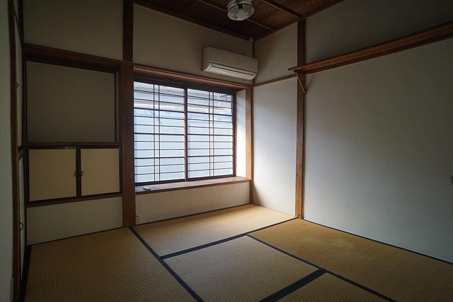 2階の個室。4.5畳の和室が8部屋あります。畳に座って仕事をするのもいいもんですよ