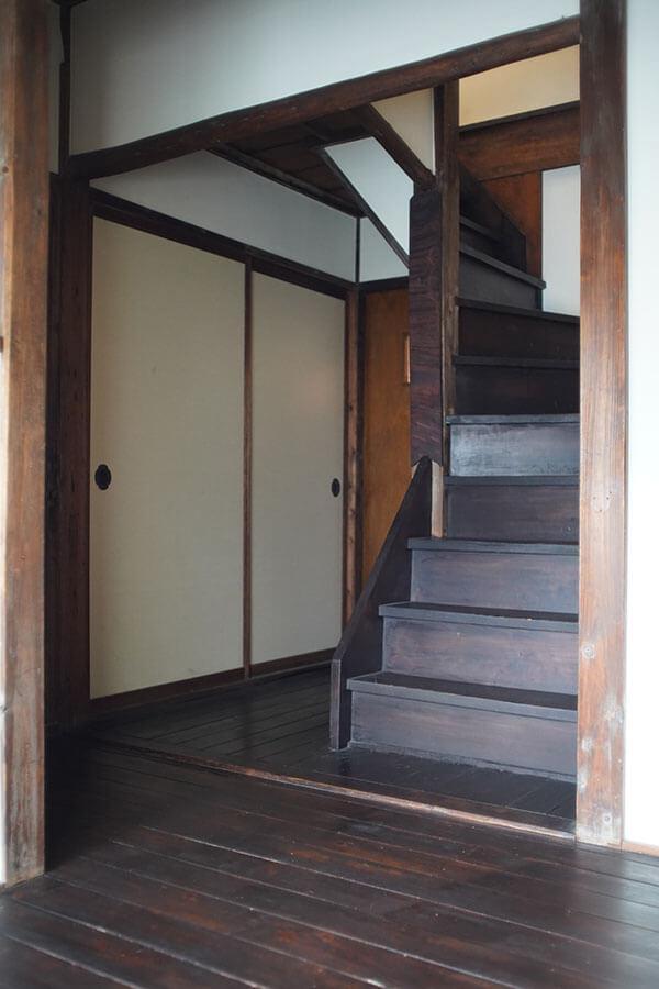2階へ続く階段は建物内に2箇所あります