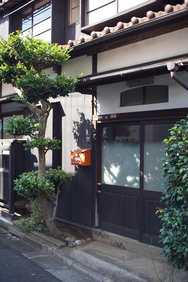 いい面構えの玄関。冬には椿の花が咲きます
