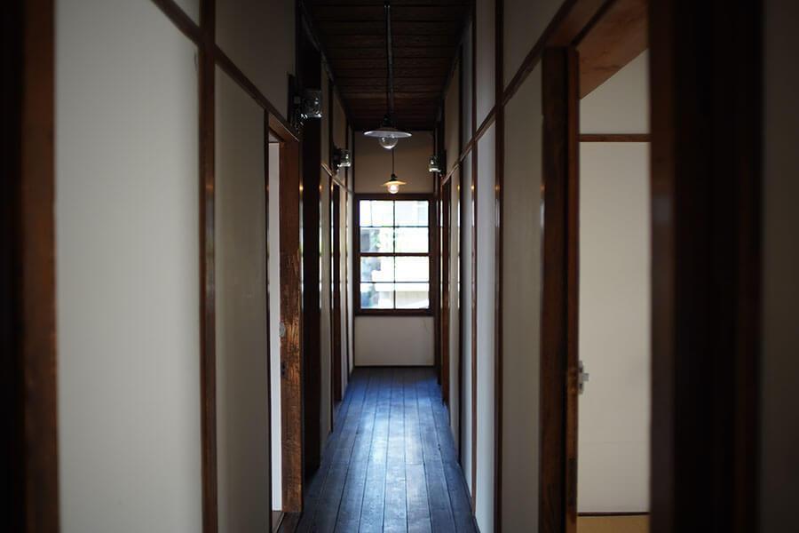 2階の廊下。左右に4.5畳の個室があります