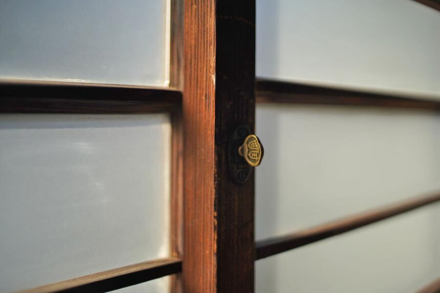 窓の鍵はネジ式