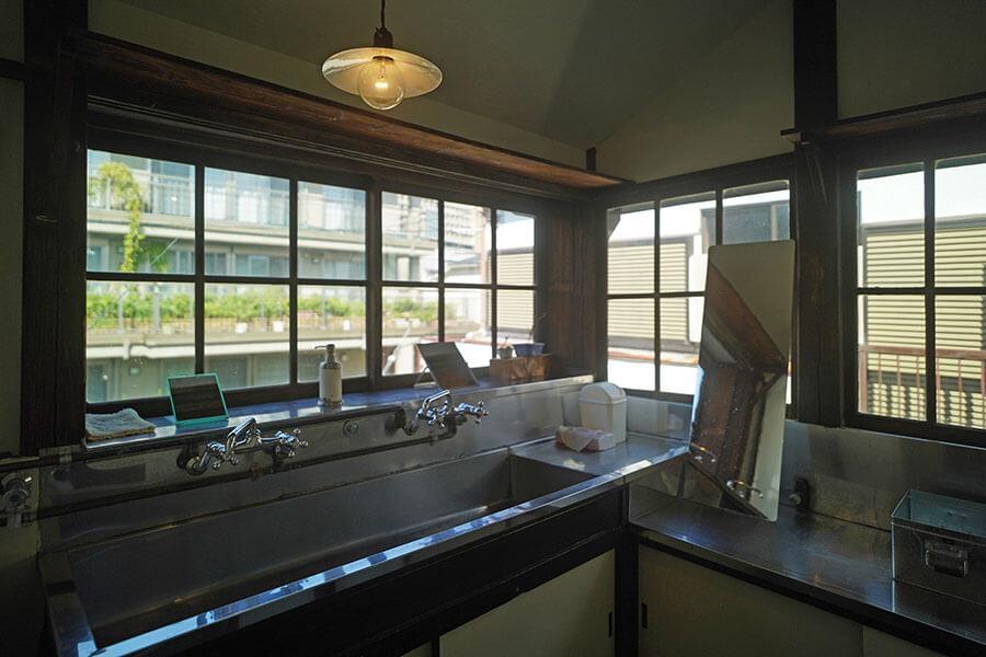 2階の元下宿の台所は、今は洗面所に使っています