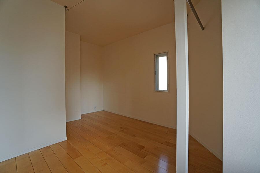 奥のスペースはカーテンで仕切って、寝室スペースや収納にするのが良さそう