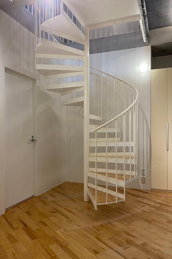 螺旋階段の下もうまく使えば物を置けそう