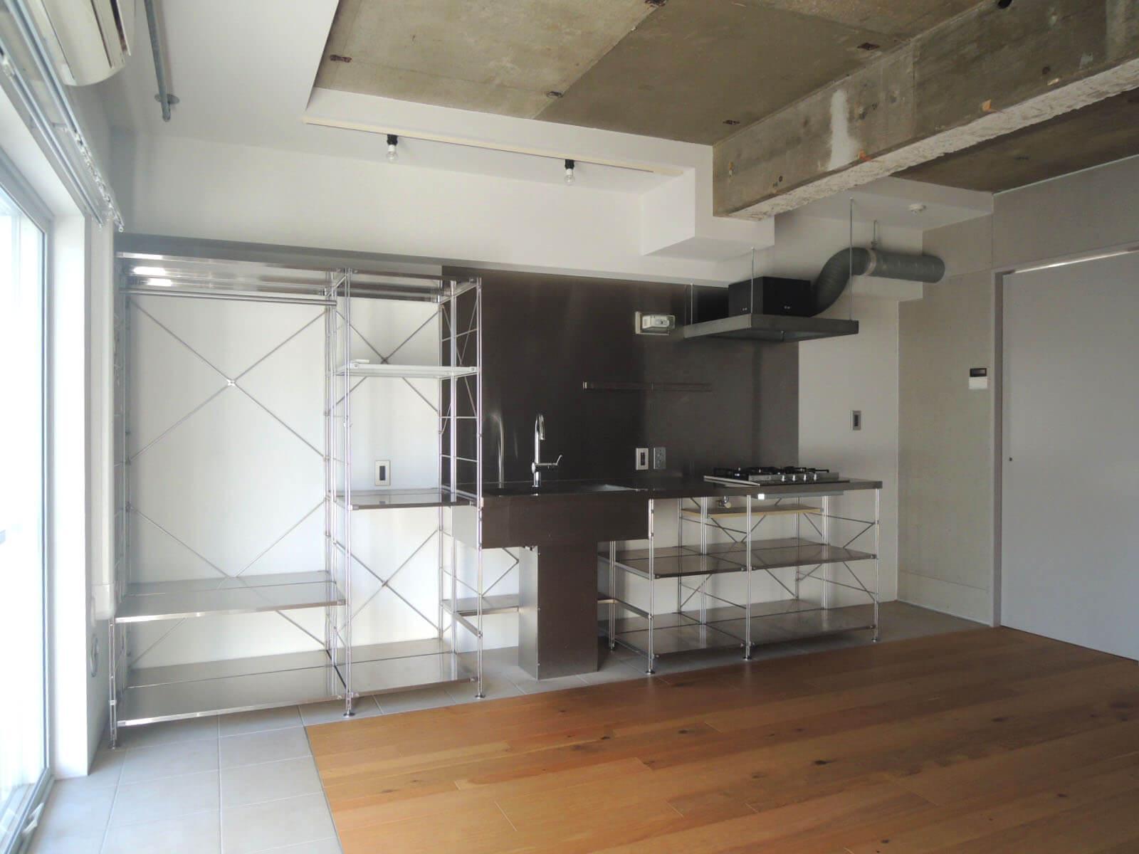 キッチンの左側の棚がこの部屋にある収納の全て