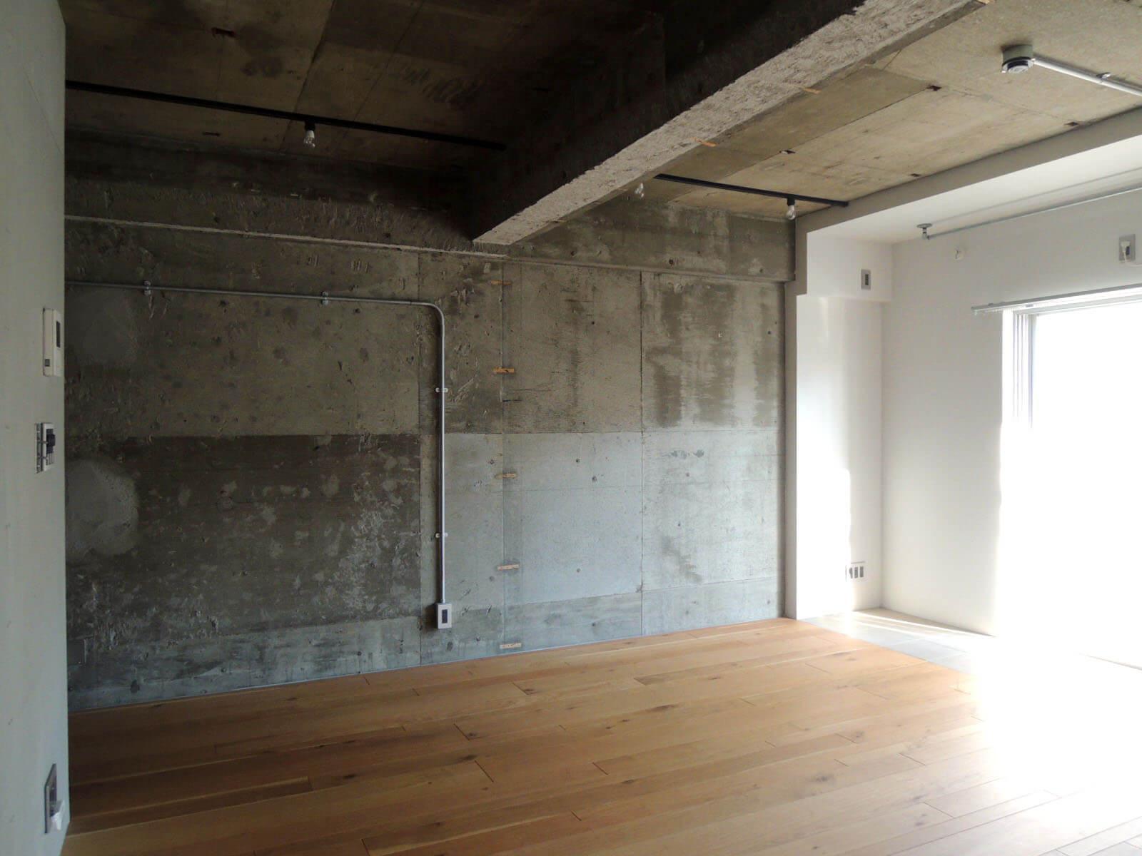 こちら側の壁面を使って手持ちの家具をどう配置するか