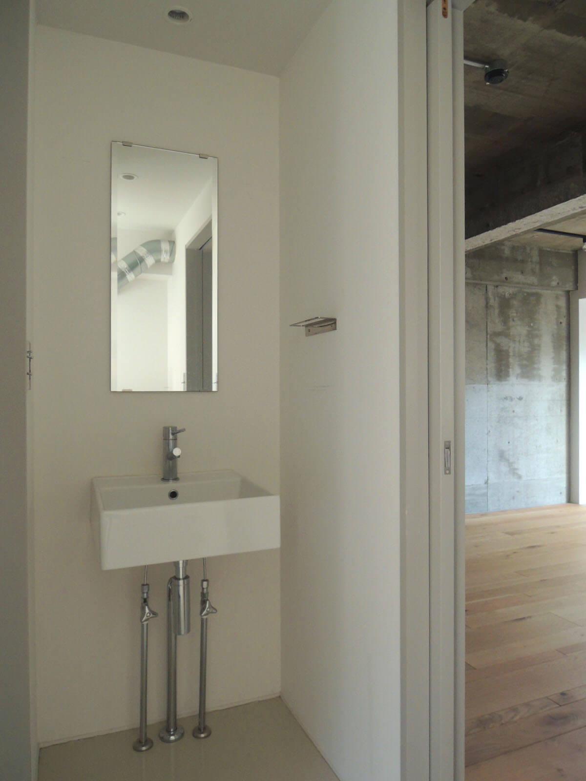 洗面所越しの部屋