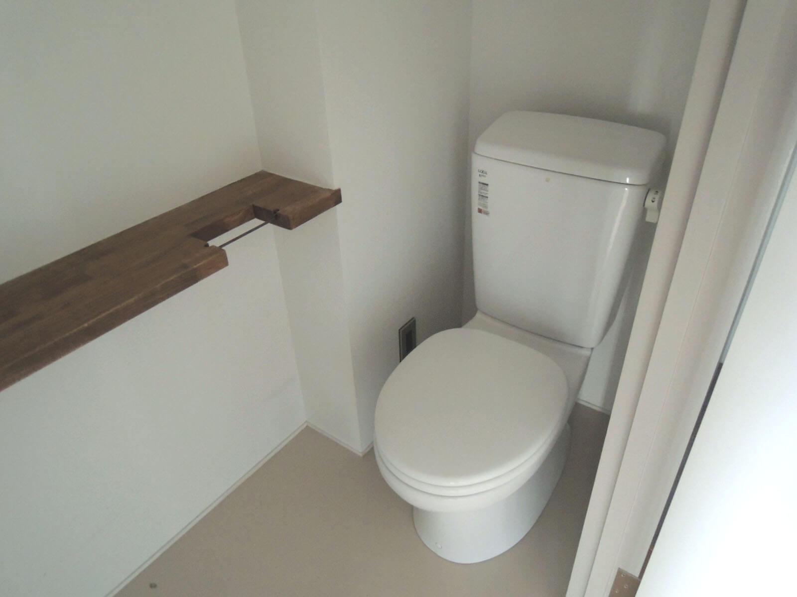 玄関脇のトイレ、気が利いたミニカウンターは利用価値大