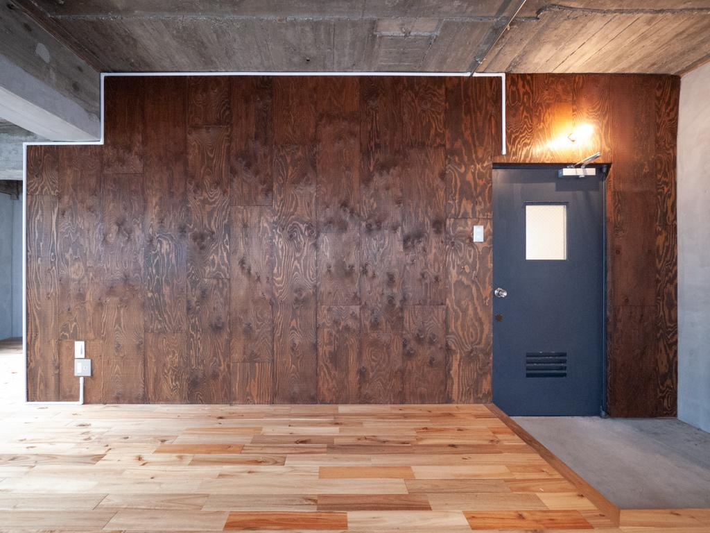 3階の壁面は合板