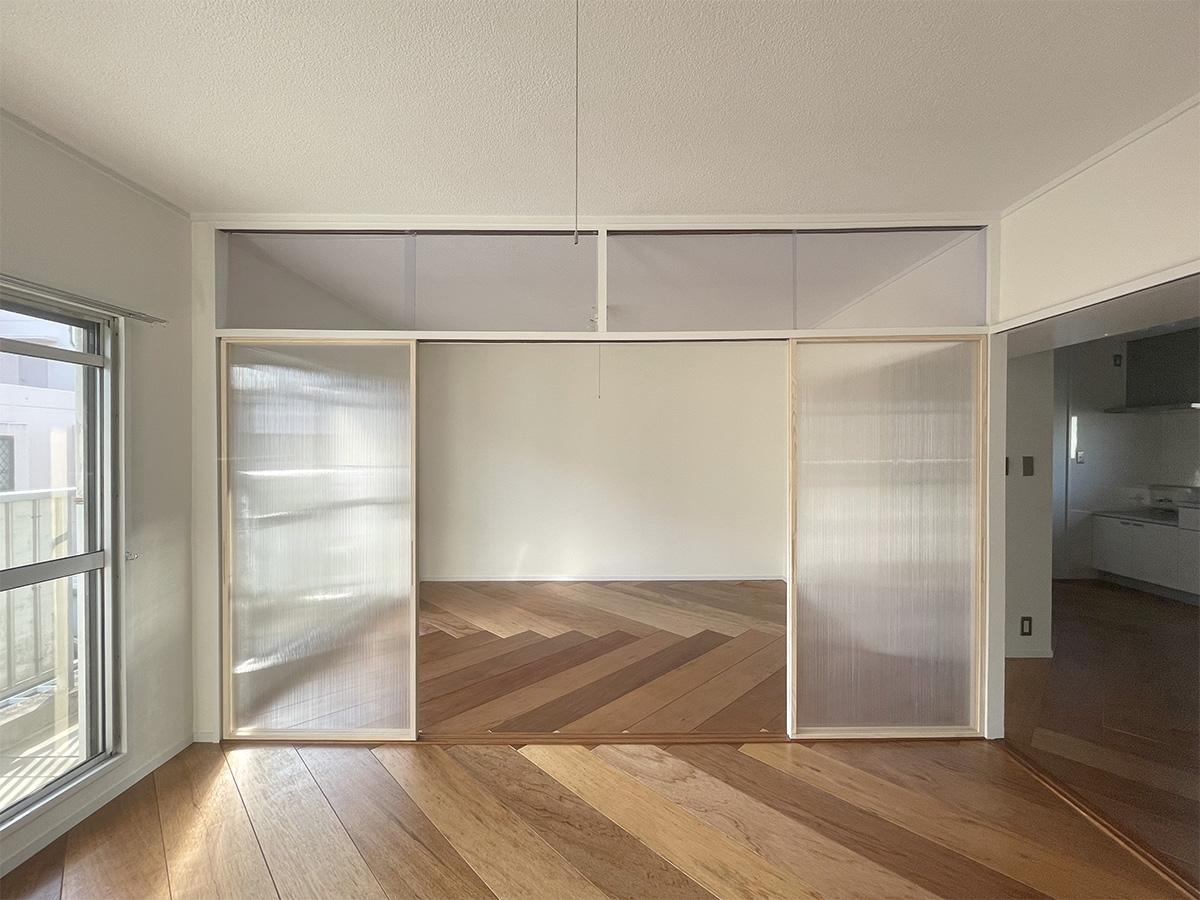 引き戸は光を通す素材が使われていて、明るい