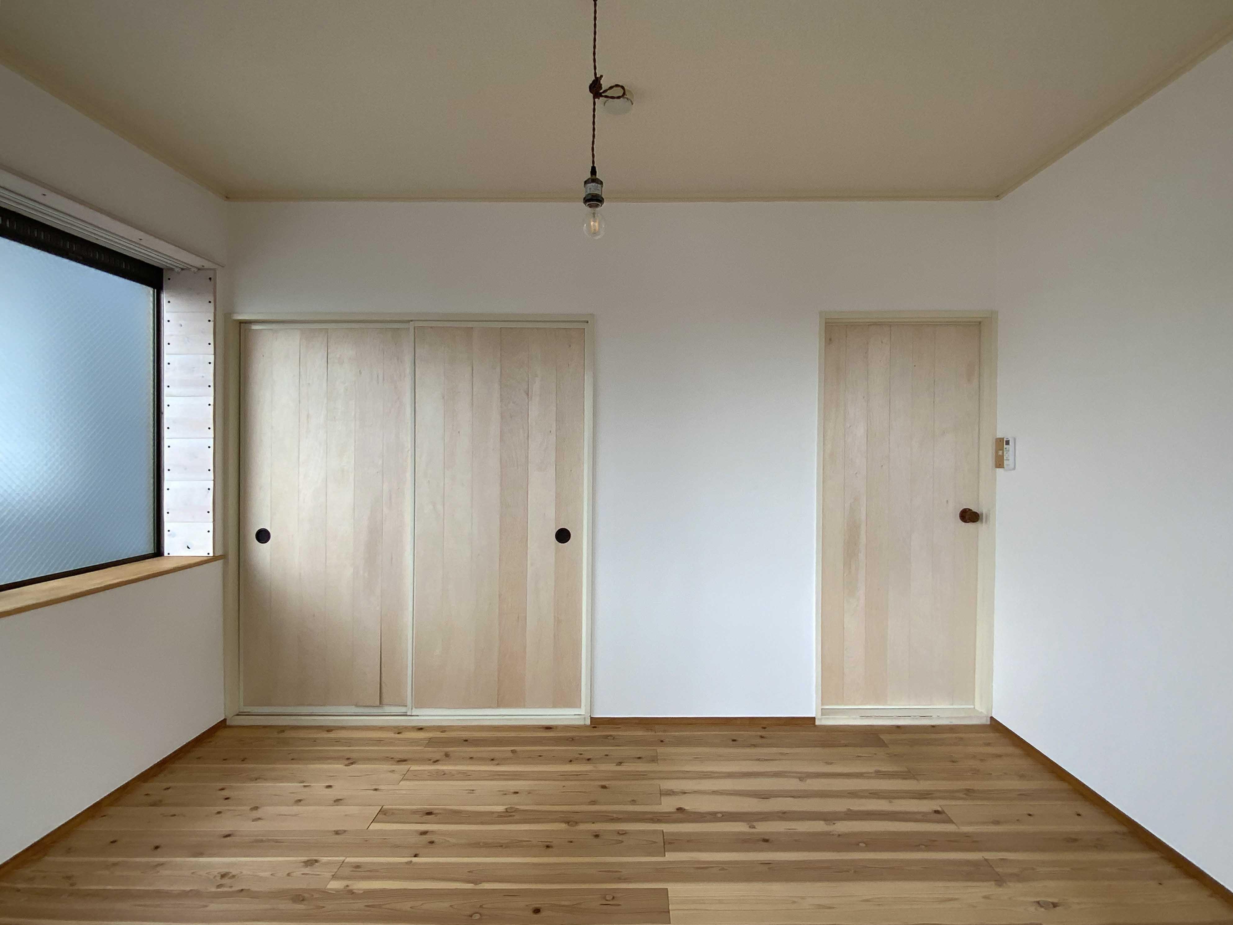 寝室:左の扉は収納