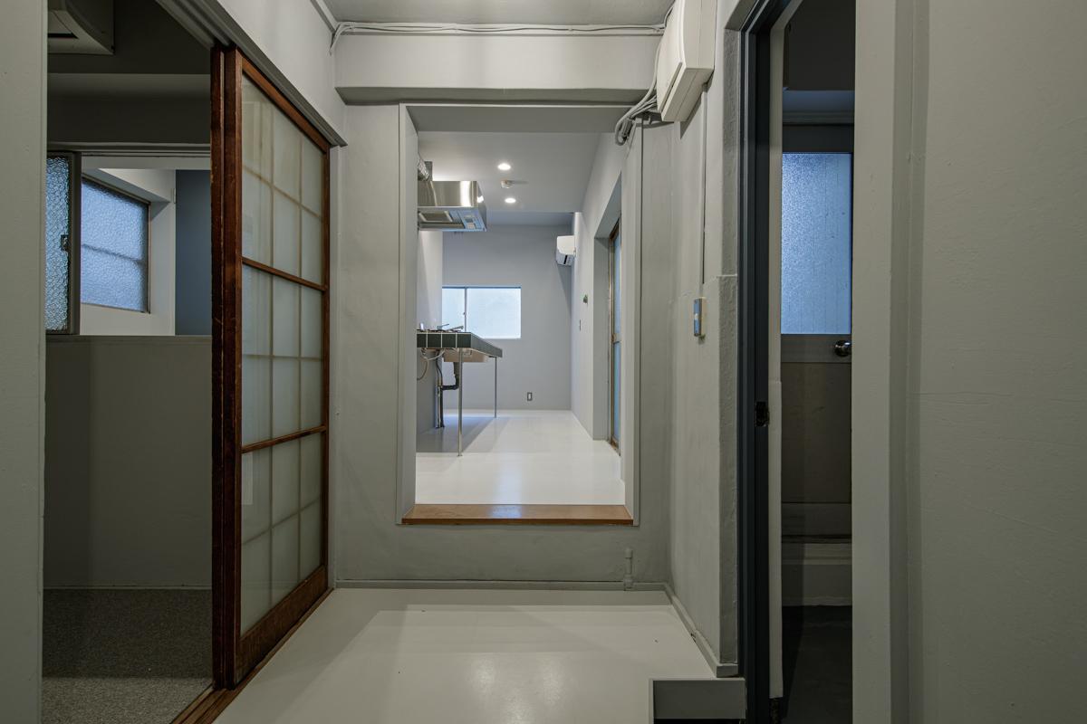玄関からキッチンのある部屋へは一段上がっています(写真©Akira Nakamura)