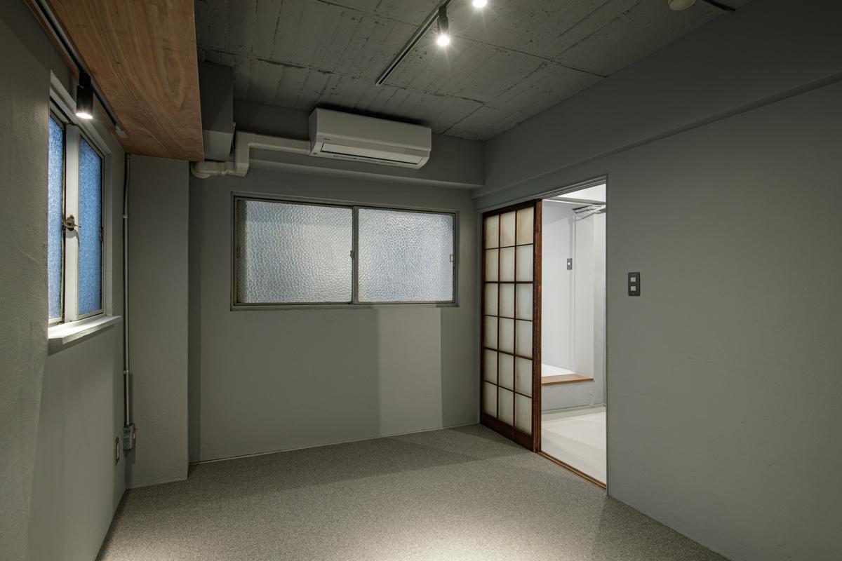素材の組み合わせが斬新すぎる個室(写真©Akira Nakamura)