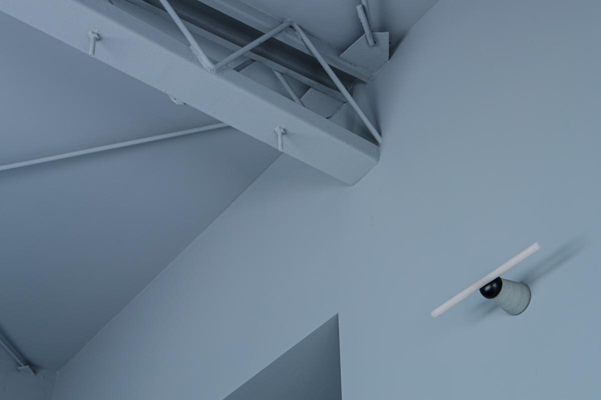 床、壁、天井全部グレーで集中力高まりそうです(写真©Akira Nakamura)