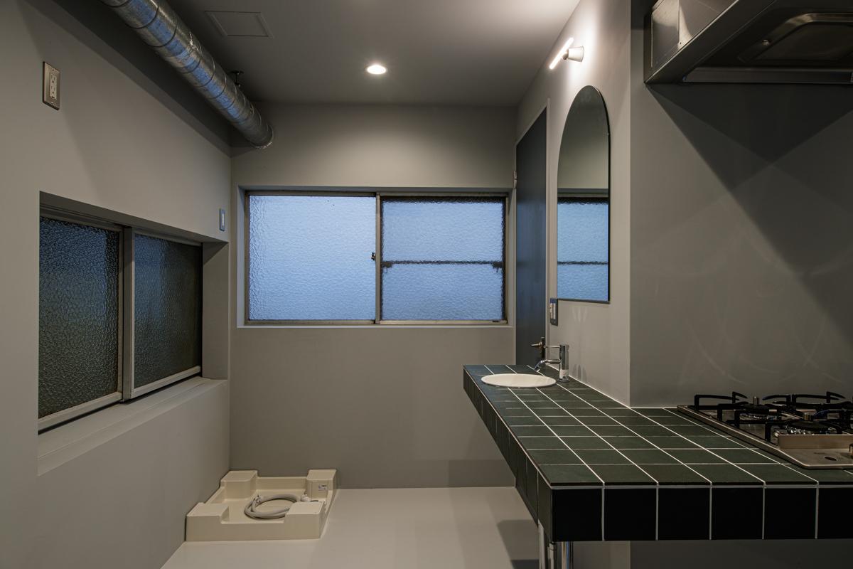 洗濯機も置けるので、住むこともできます(写真©Akira Nakamura)
