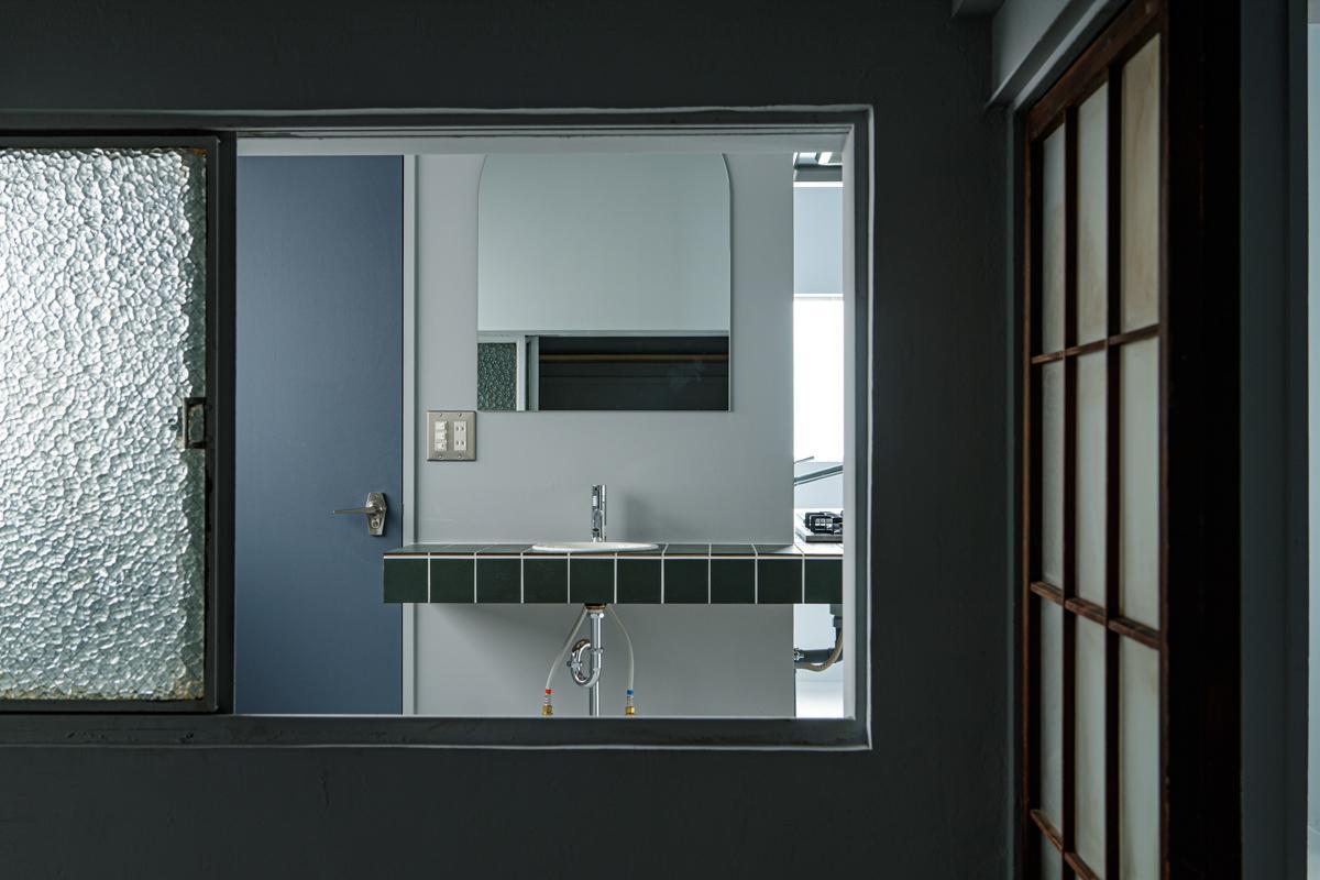 個室とキッチンのある部屋の間の窓まですりガラス(写真©Akira Nakamura)