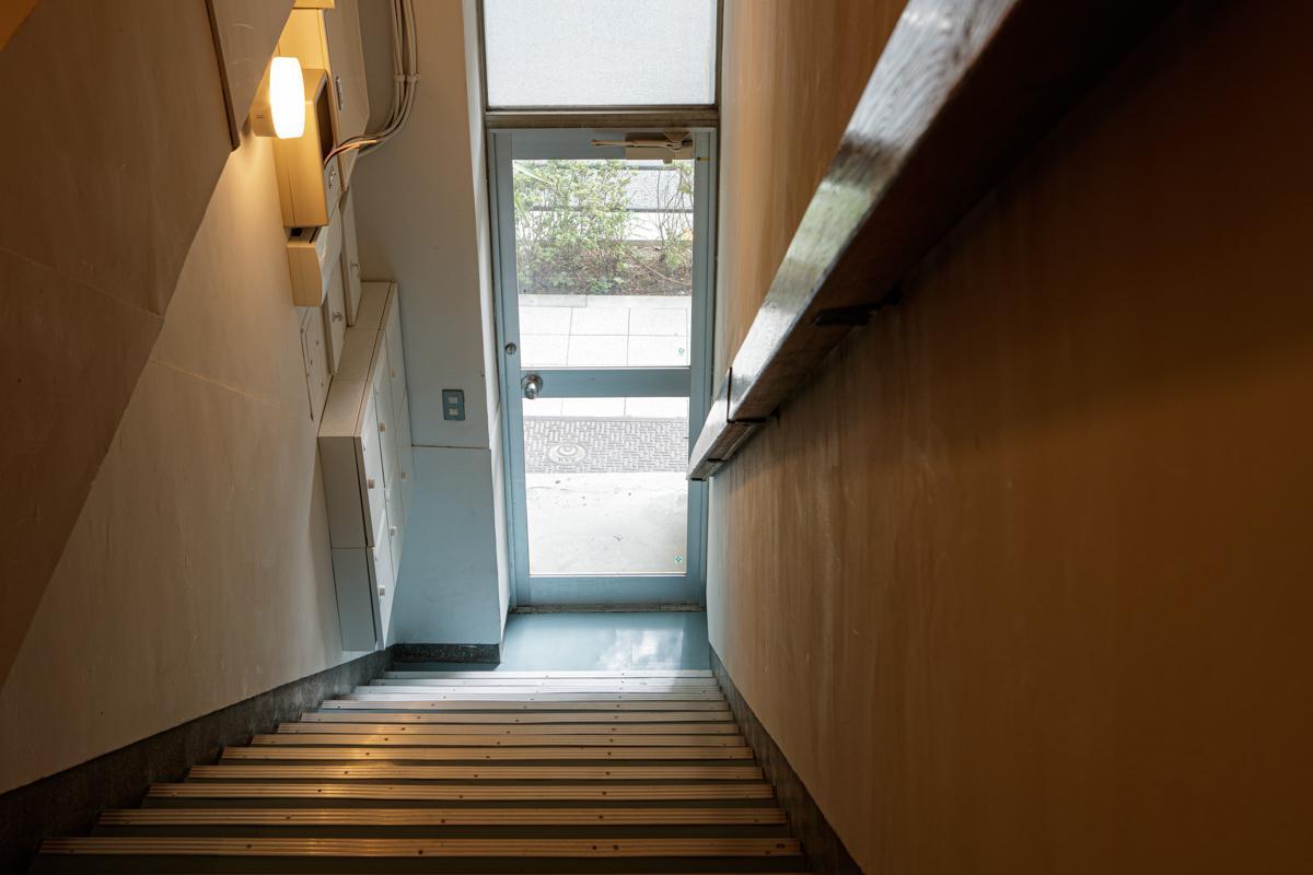 1階の共用階段の入口は狭めです(写真©Akira Nakamura)