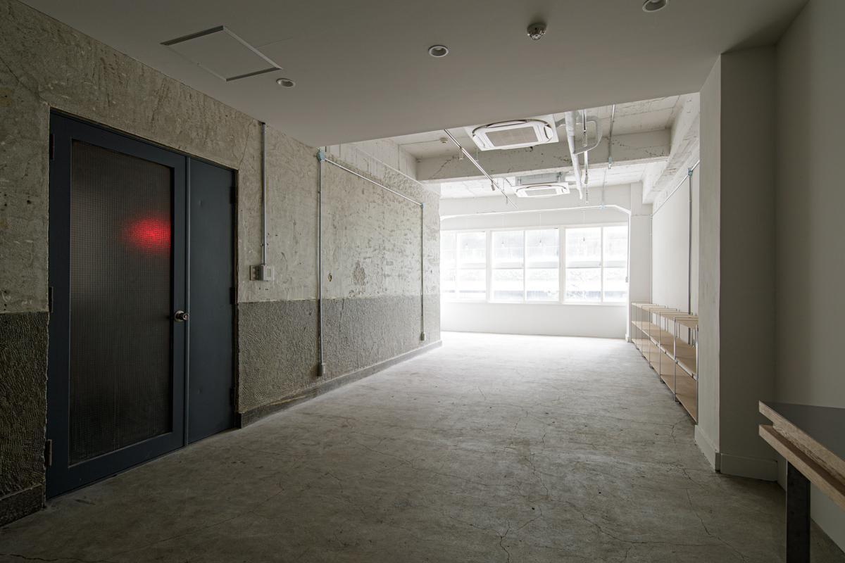 (2F)モルタルを研磨した床に、ビシャン仕上げの壁で削ぎ落とした印象に(写真©Akira Nakamura)