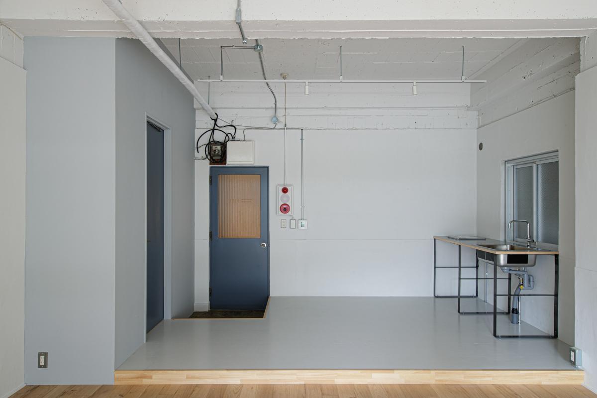 (3F)水回りは床がグレーに切り替わっています(写真©Akira Nakamura)