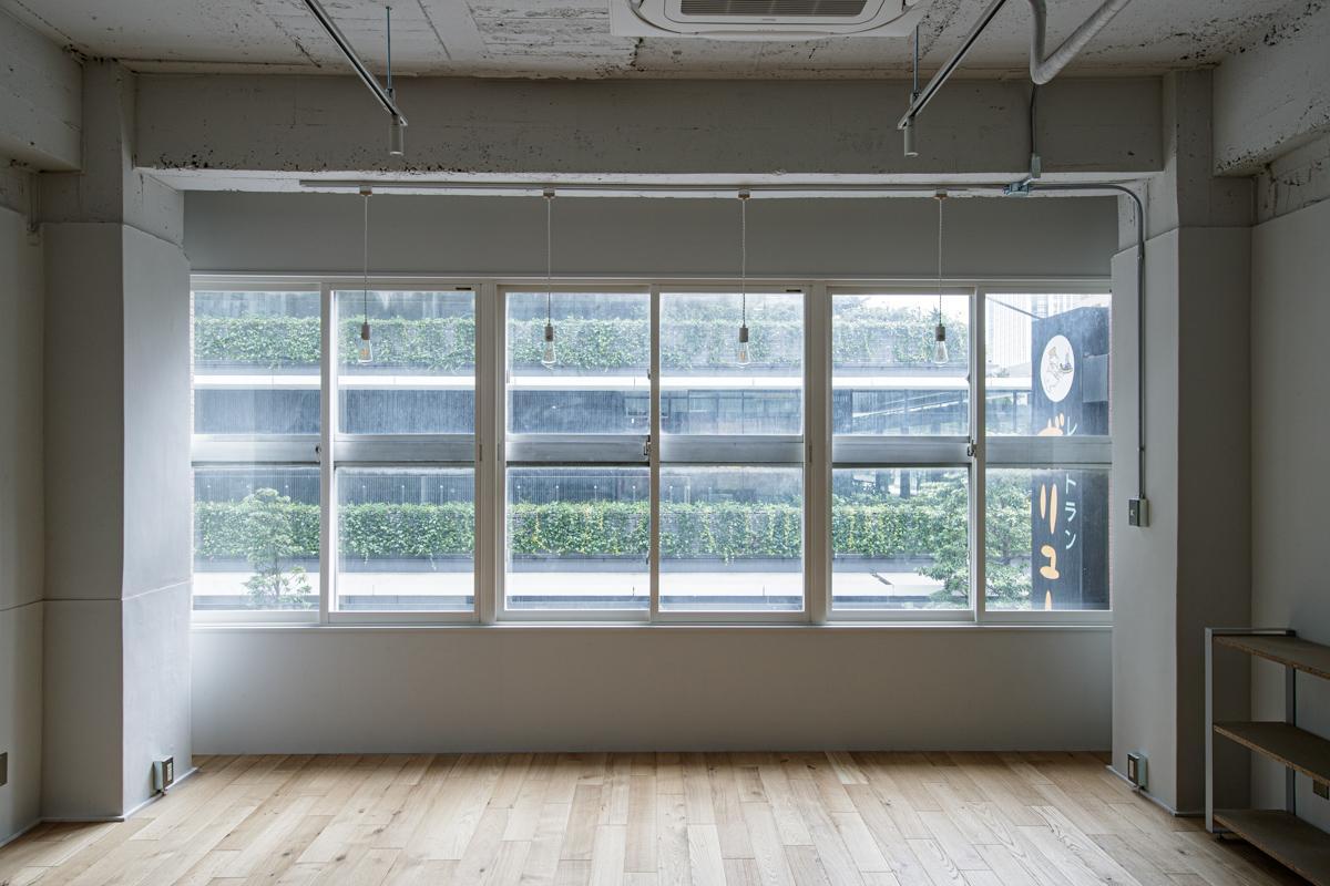 (3F)窓の先には虎ノ門ヒルズの緑を借景に望みます(写真©Akira Nakamura)