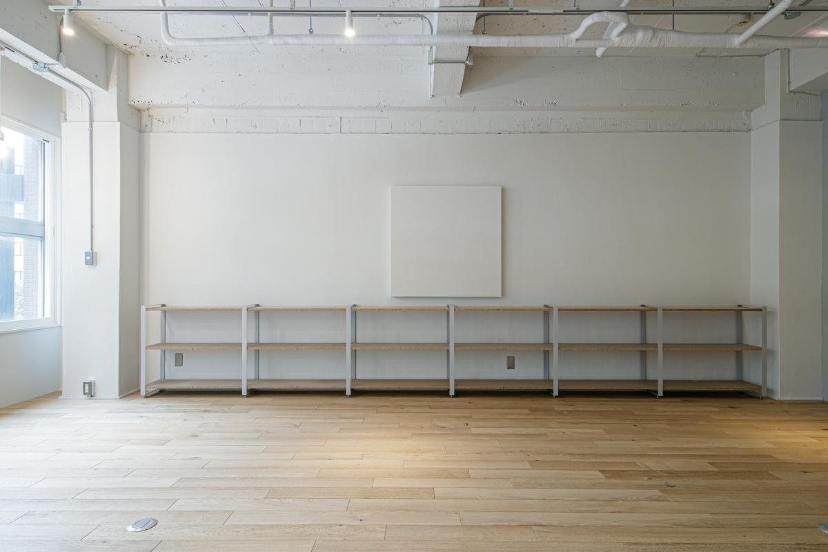 (3F)オフィスでもショップでも使えそうなシンプルな棚(写真©Akira Nakamura)