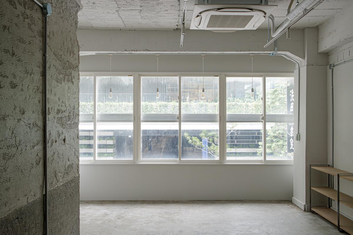 (2F)窓の先には虎ノ門ヒルズの緑を借景に望みます(写真©Akira Nakamura)