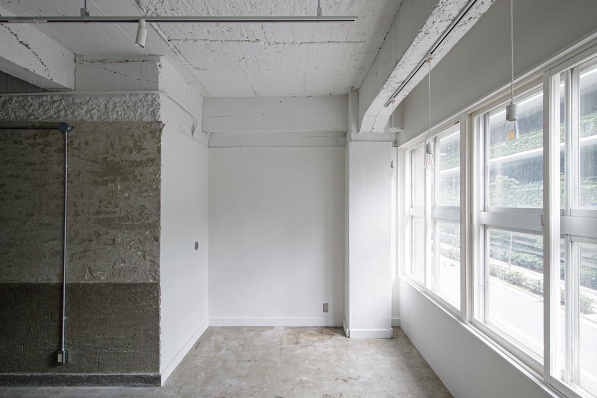 (2F)削ぎ落とした壁、床と新しく白く塗られた壁の対比が面白い(写真©Akira Nakamura)
