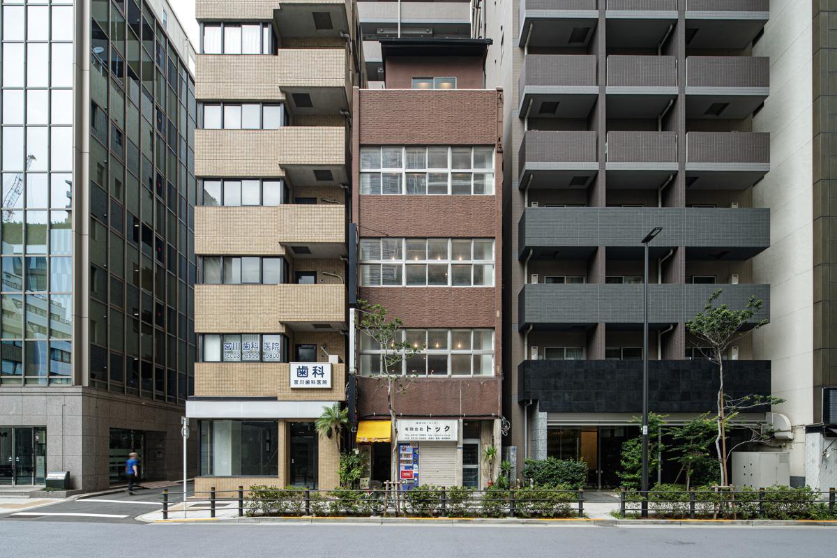 虎ノ門ヒルズの真向かいにある築古ビル(写真©Akira Nakamura)