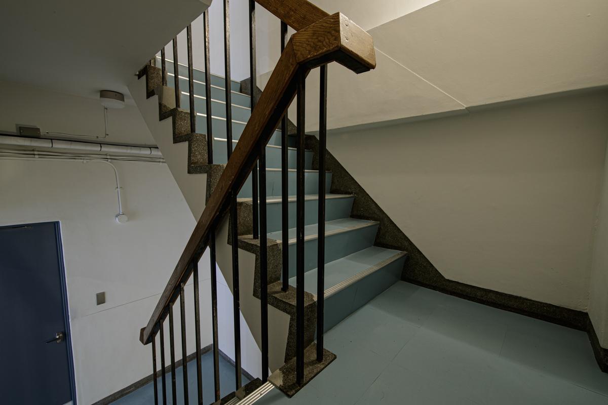 レトロな階段がグッときます(写真©Akira Nakamura)