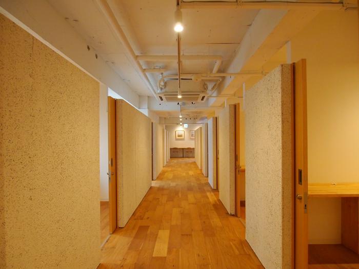 専有ブース。上部がオープンになった半個室のつくり。壁の木毛セメント板がアクセントに。