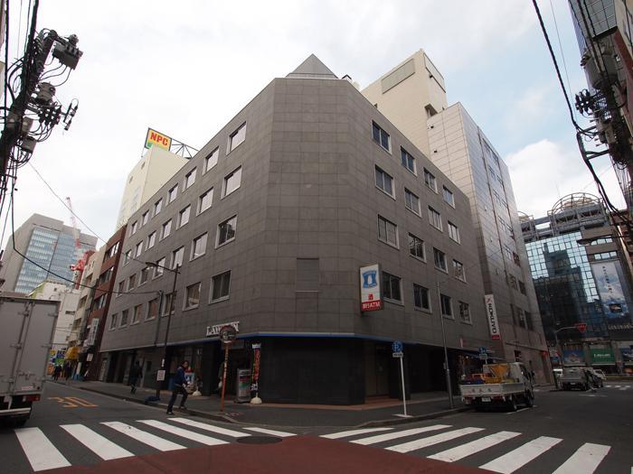 この建物の3階です。