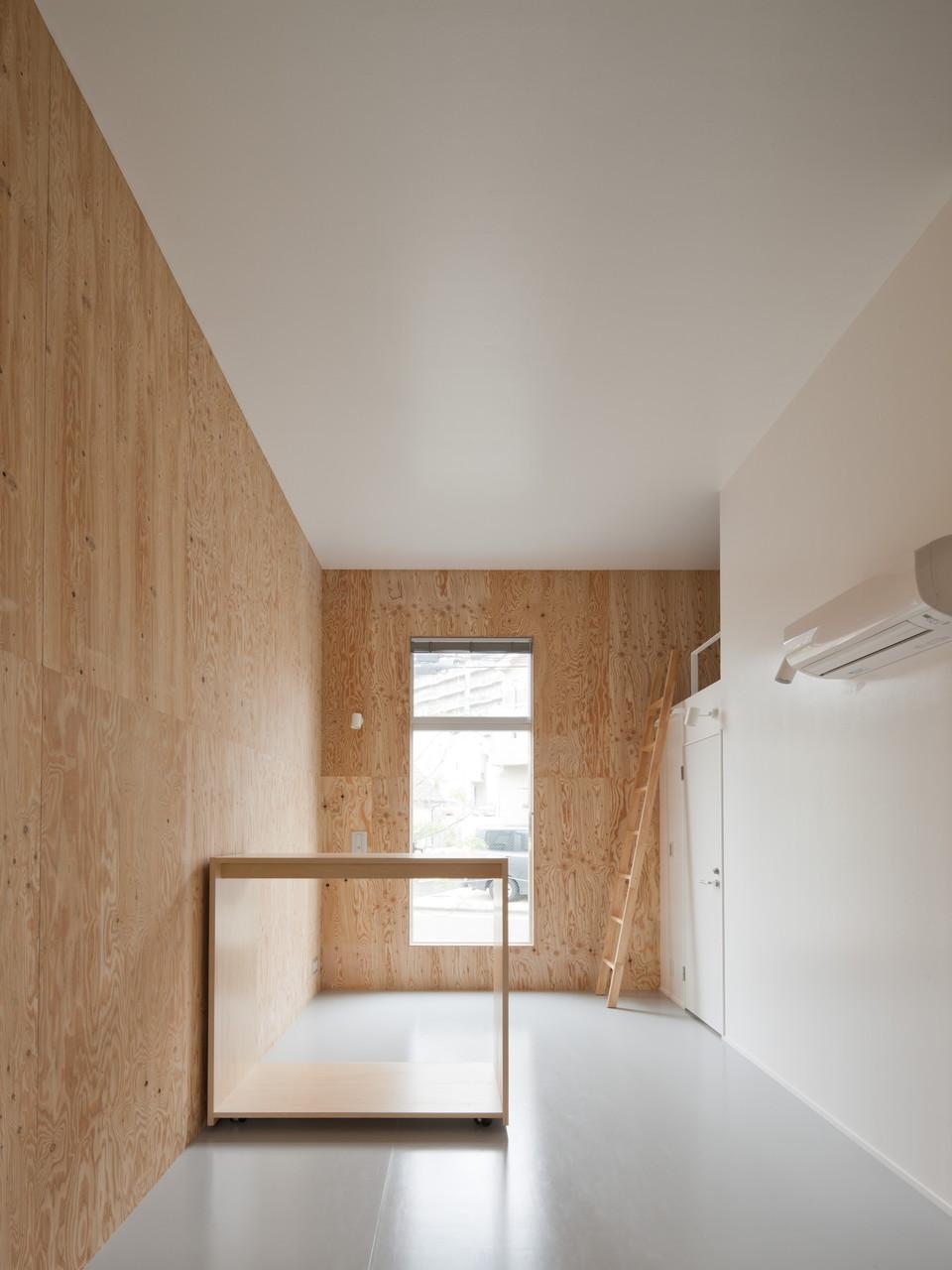 部屋は木で囲まれた気持ちの良いデザイン。可動式収納を使って仕切る等の工夫もできそう