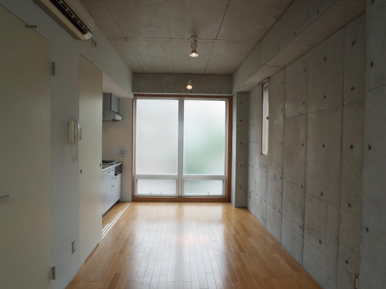 室内もシンプル、キッッチンは上の階にあります