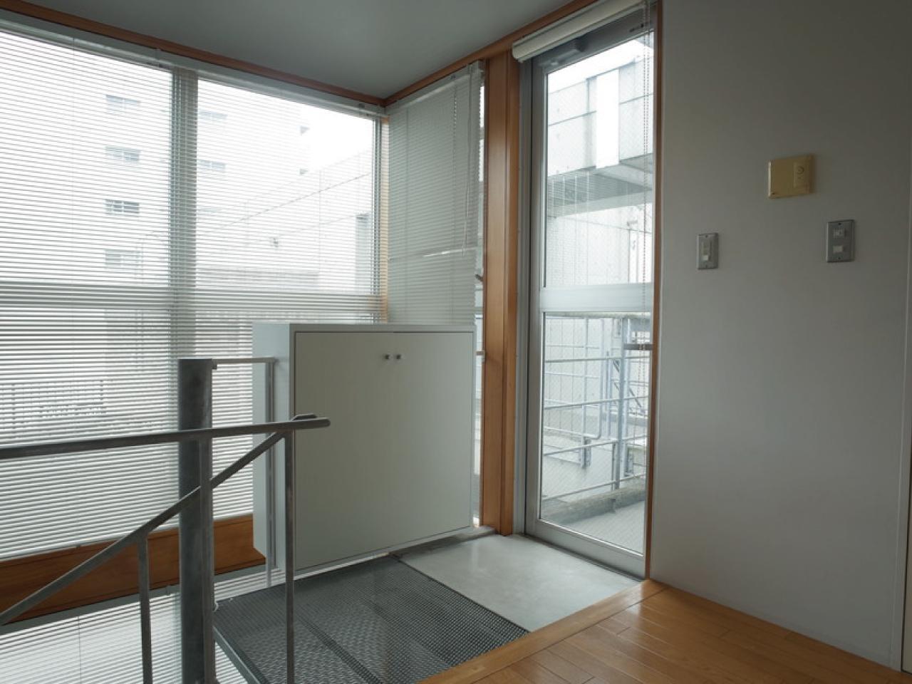 玄関の横には開口部があって、明るい光が差し込みます