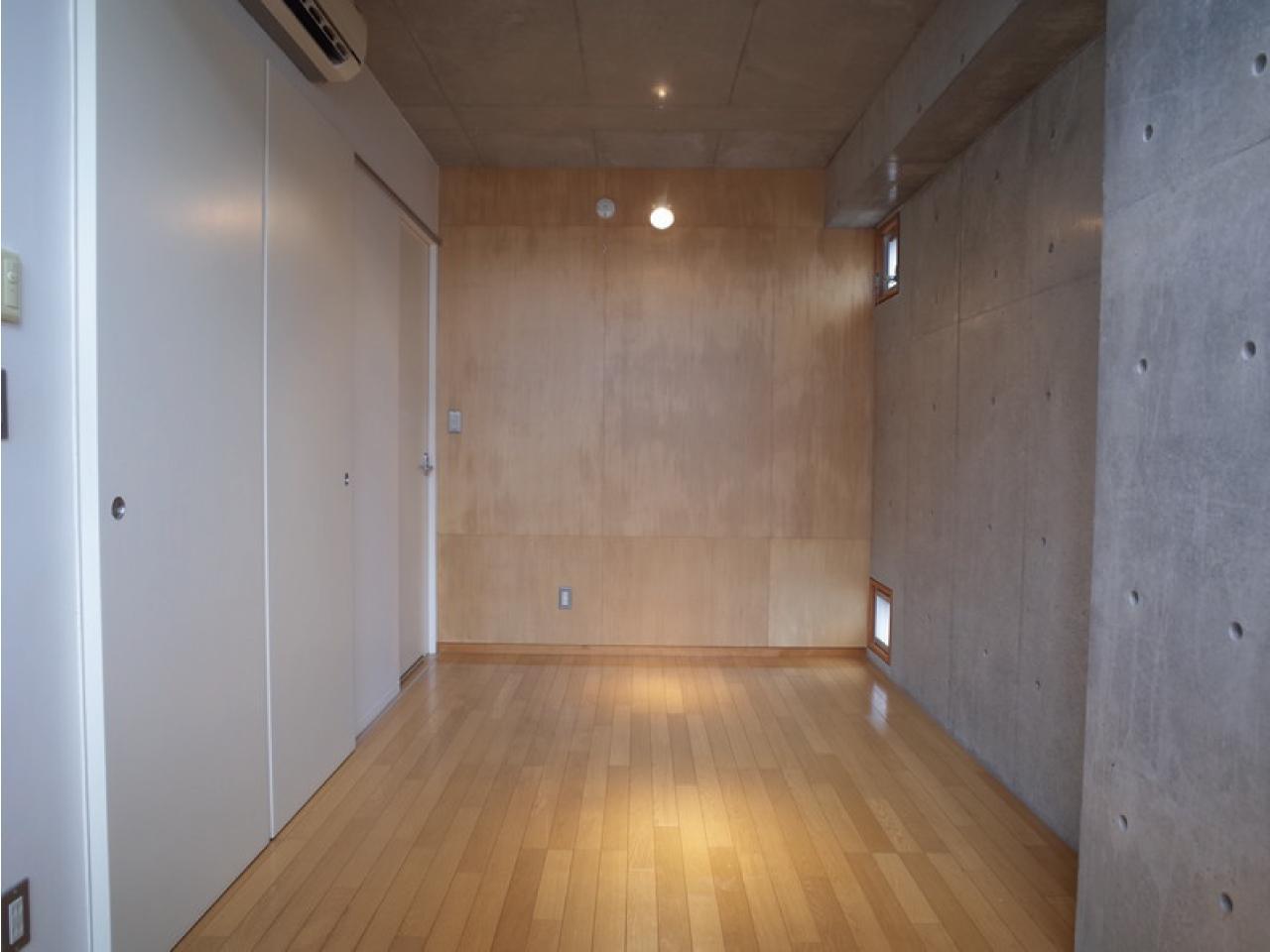 下の階、床はフローリング、壁は打ち放し