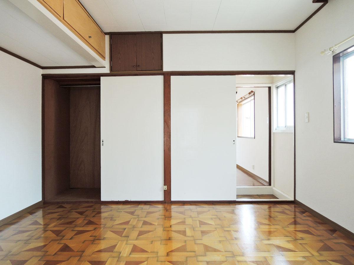 レトロな柄のフローリングが心をくすぐる2階洋室