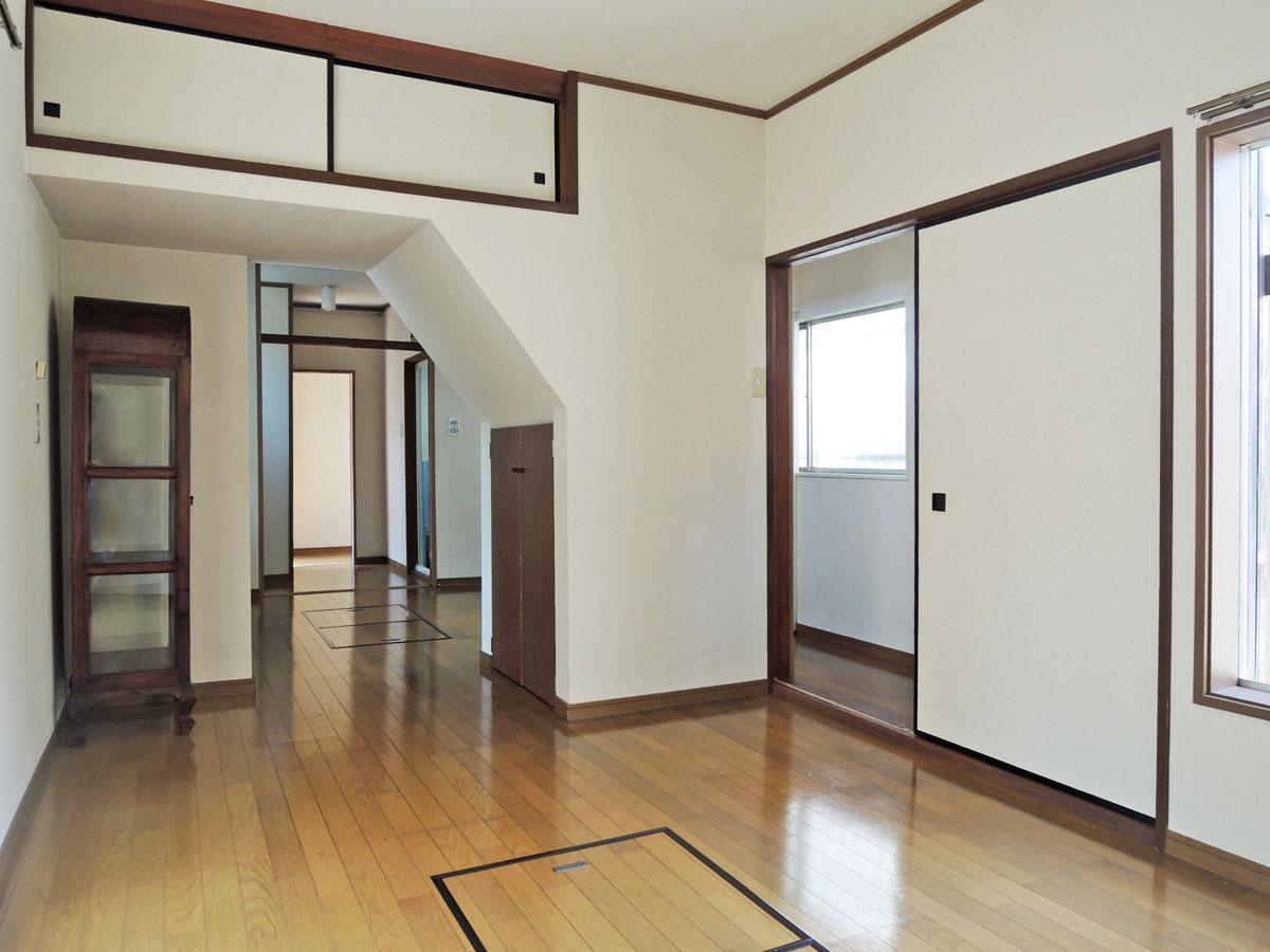 リビングとダイニングは階段下と廊下でつながる