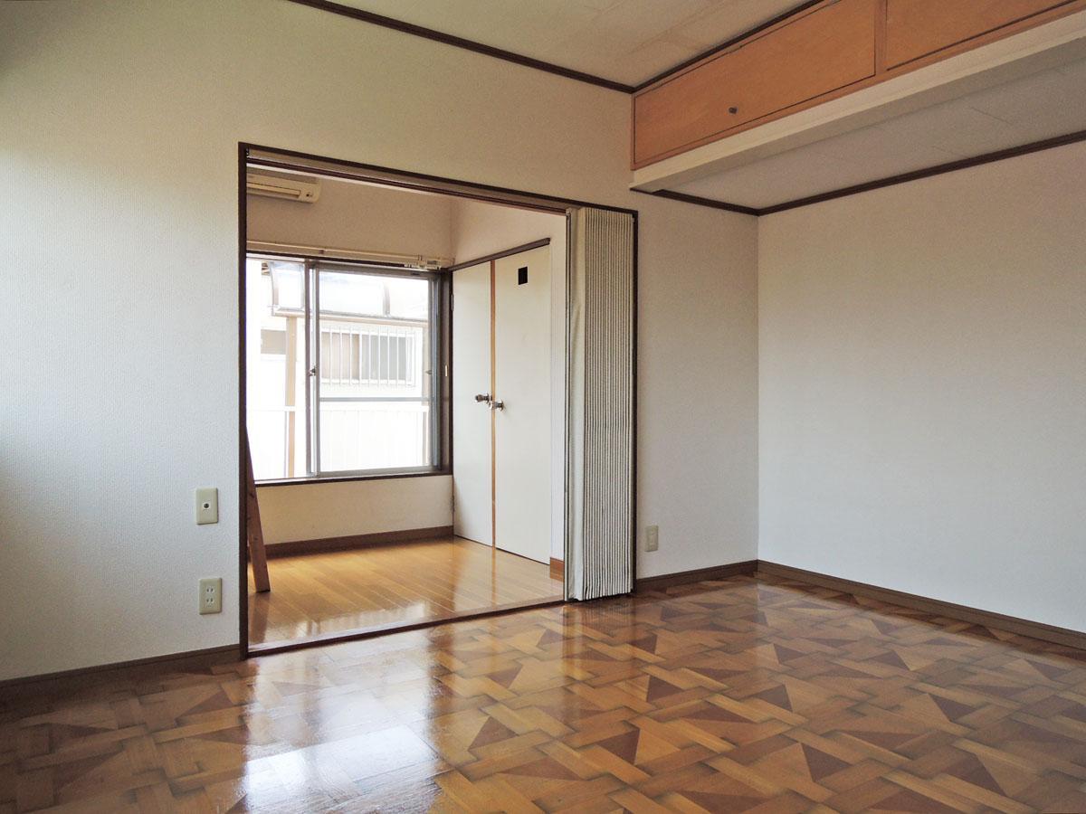 2階の洋室から3段ベッドスペースを見て