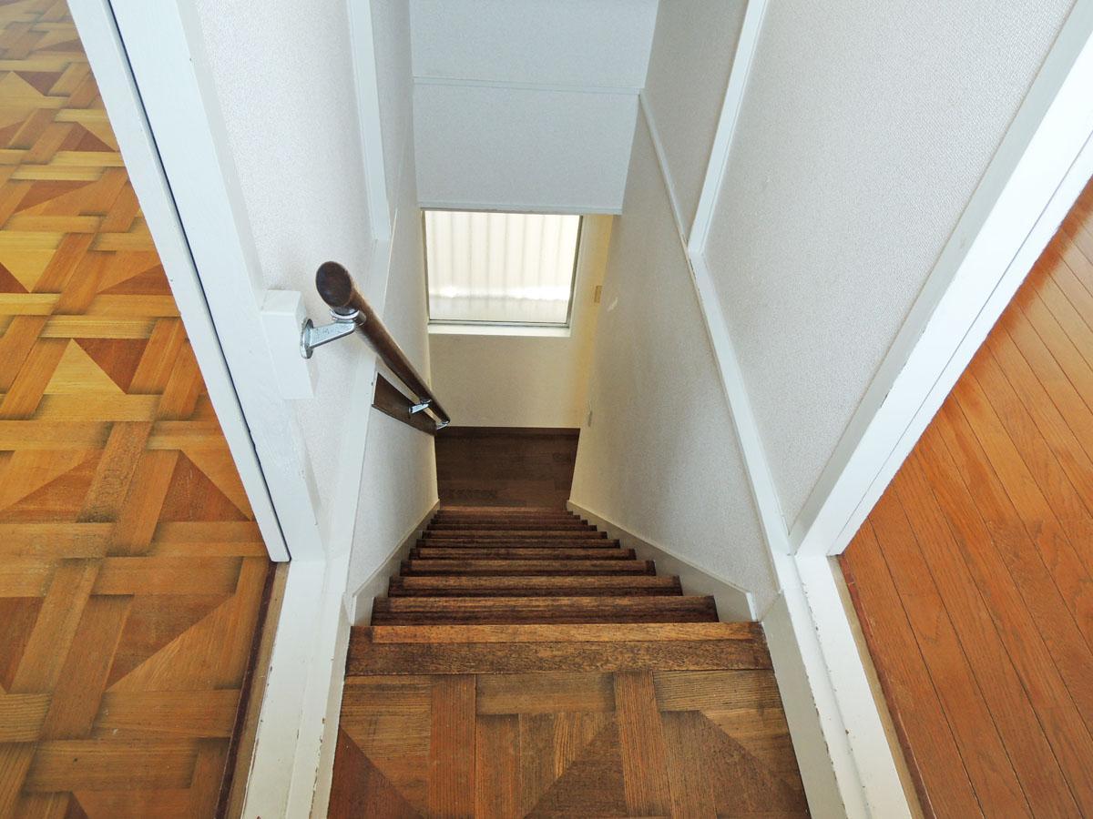 階段はやや急なので注意が必要