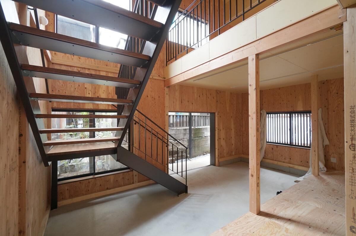 階段室の吹き抜けがインパクト大な空間
