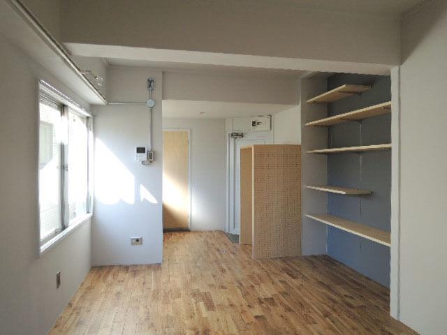 突き当たりのドアがバスルーム、玄関は右隣に