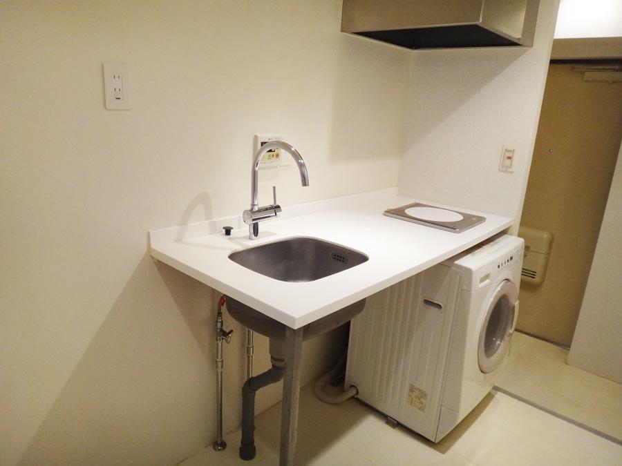 シンプルなキッチンと洗濯機。